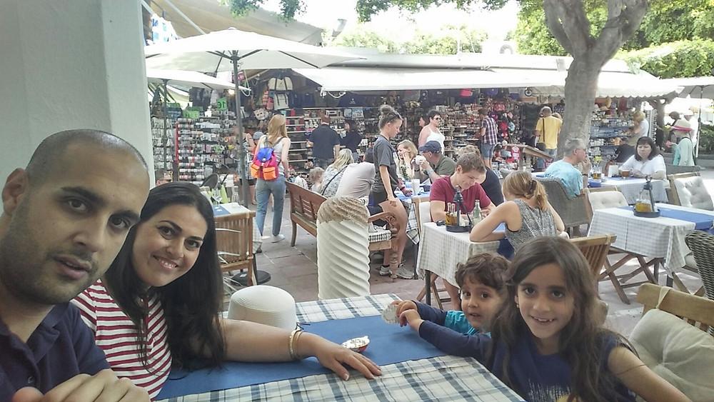 סלפי משפחתי ממסעדה מקומית בעיר העתיקה