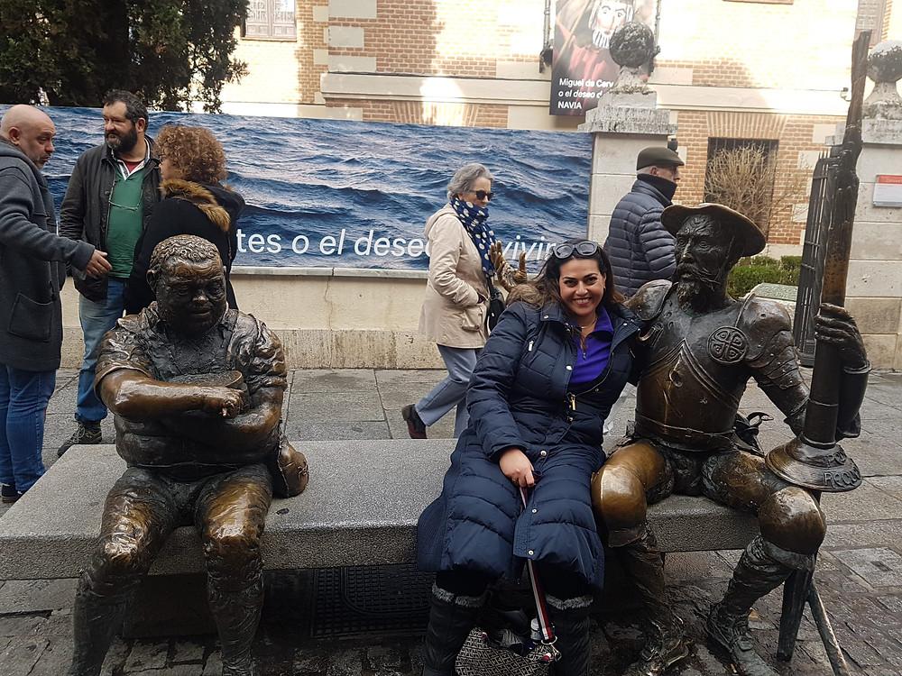 אושרת אביחצירה פרזם עם פסל דון קיחוטה באלקלה דה אראנס מדריש