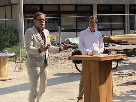 Wethouder plaatst symbolisch laatste zonnepanelen op het dak