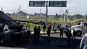 Bloquean tianguistas de Temoaya la autopista Lerma-Valle de Bravo y la carretera Toluca-Temoaya