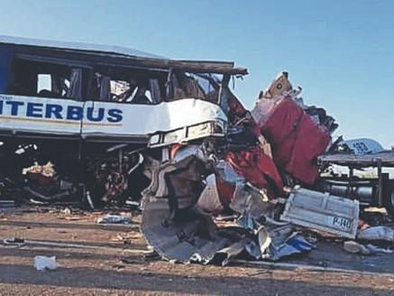 Choque de autobús y dos trailers causa 16 muertos en Sonora