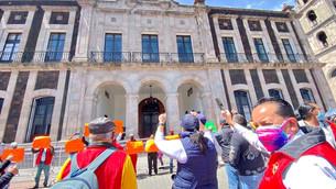 Cientos de empleados del ayuntamiento de Tolucan salen a manifestarse, exigen pago de quincena
