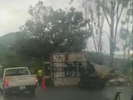 Aparatosa volcadura en la entrada a Tejupilco, el tráiler iba cargado con lácteos