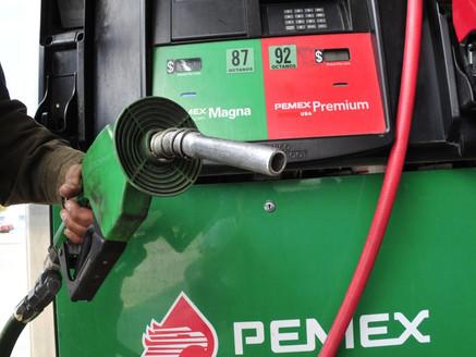Mexicanos pagarán 40 centavos más por cada litro de gasolina
