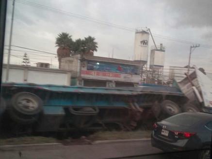 Provoca caos vial volcadura de trailer en la Texcoco-Lechería