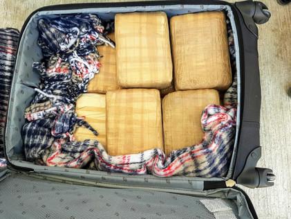 Diez años de cárcel para pareja que transportaba droga en una maleta