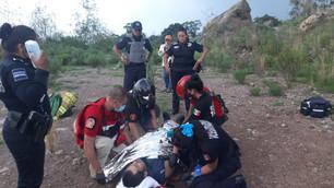 Rescatan a hombre que cayó desde una peña en Texcoco