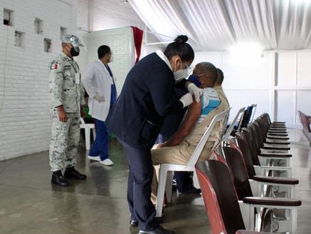 Vacunan contra covid a reclusos en estado de vulnerabilidad en penales del Edoméx