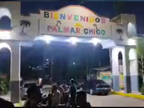 Vecinos embellecen arco que da la bienvenida a Palmar Chico en Amatepec