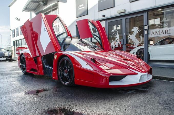 Única Ferrari FXX que pode rodar nas ruas está à venda
