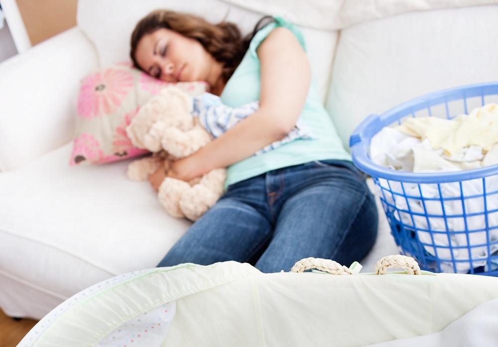 maman qui dort, maman épuisée, maman à bout, maman sur le divan,