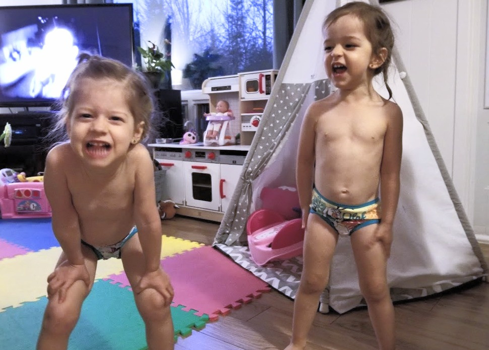 jumelles, enfants turbulents, enfants excités, grimaces, jumelles de 3 ans, enfants qui ne veulent pas se coucher