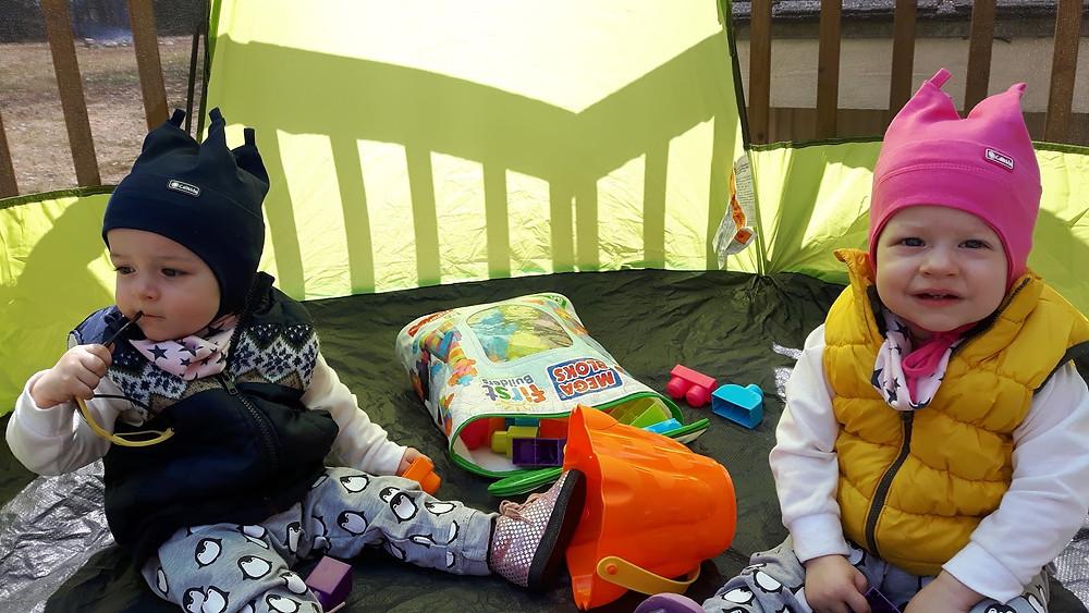maman organisée, jouer dehors et protéger bébés, jumelles