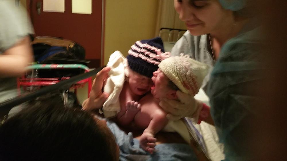 naissance de jumelles, grossesse gémellaire, accouchement naturel, bébé naissant, jumelles, grossesse à terme
