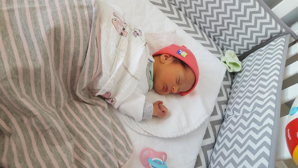 bébé qui dort, sommeil de bébé, dodo de bébé, nourrisson, bébé de 4 jours, sieste de bébé
