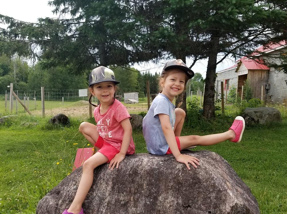 jumelles, petites jumelles sur une roche, jujus de 3 ans, petites filles qui s'amusent