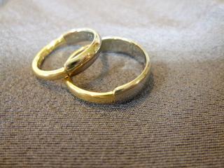 お互いの指輪を分け合って・・・