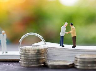 miniature-businessman-handshake-agreemen