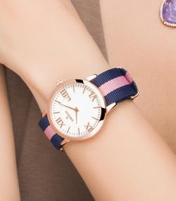 reloj modelo de manos