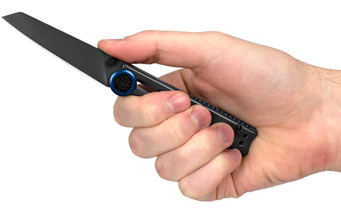 Нож Kershaw Decibel в руке