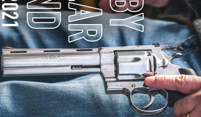 Револьвер Colt Anaconda 2021 года в руке