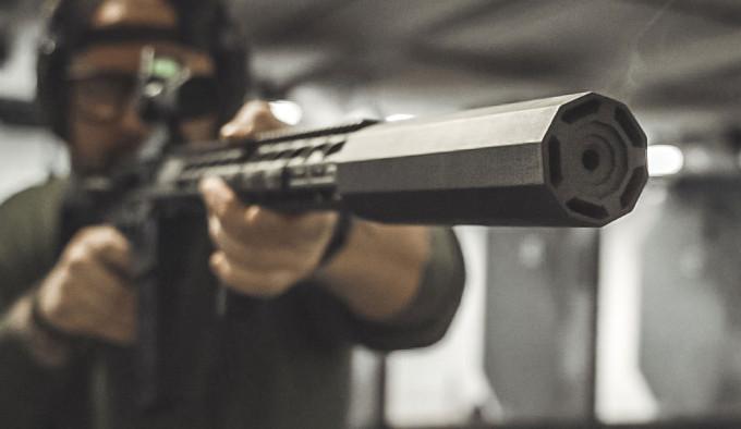 установленный на винтовку оружейный глушитель The Mute
