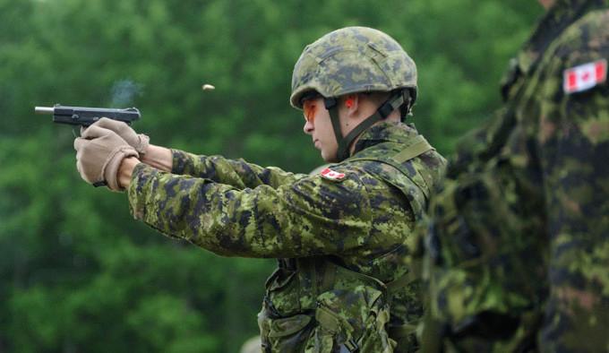 стрельба из пистолета канадским военным C22
