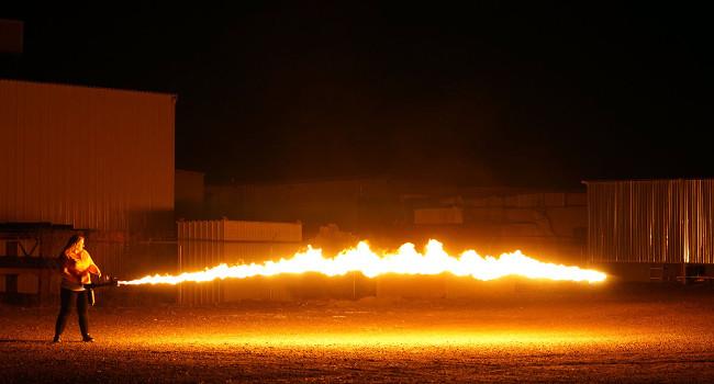 эффектная работа огнемета XM42-M ночью