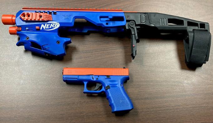 пистолет замаскированный под игрушку NERF