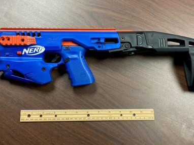 Огнестрельный пистолет, замаскированный под игрушку NERF