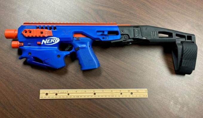 Glock замаскированный под игрушку NERF