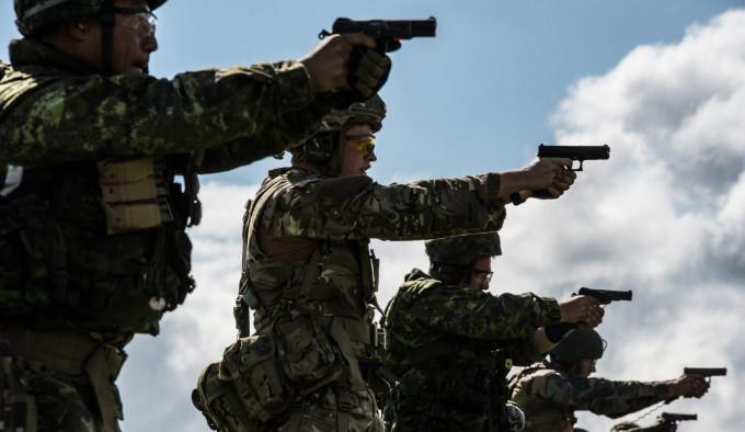стрельба из пистолетов канадскими военными C22