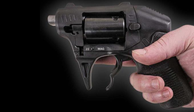 Револьвер Standard Manufacturing S333 в руке