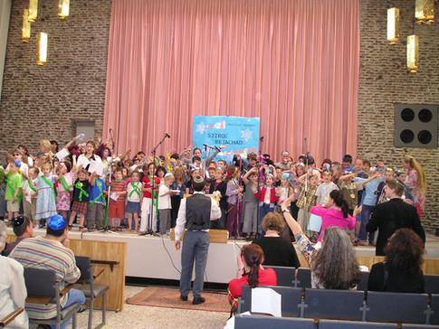 Conducting the children at Shiru Beyachad Song Festival