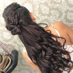 Penteado Semi Preso com Tranças Embutidas Laterais e Laço com Cachos - Penteados Leticia Rodrigues