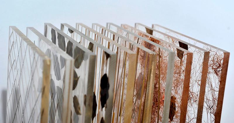 Foto de chapas acrílicas orgânicas da Materioteca da USP
