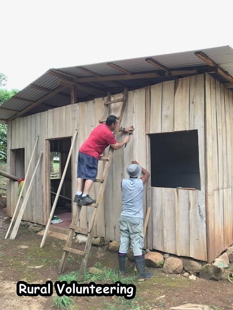 Los voluntarios construyen una casa