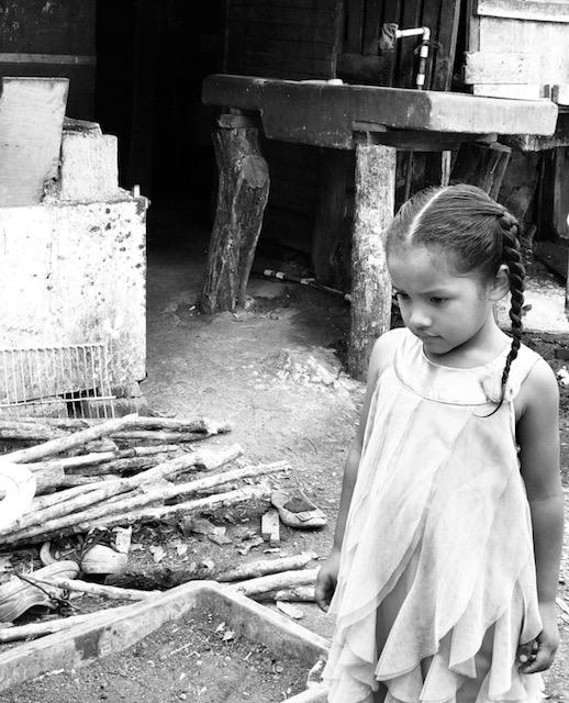 Una niña pensativa