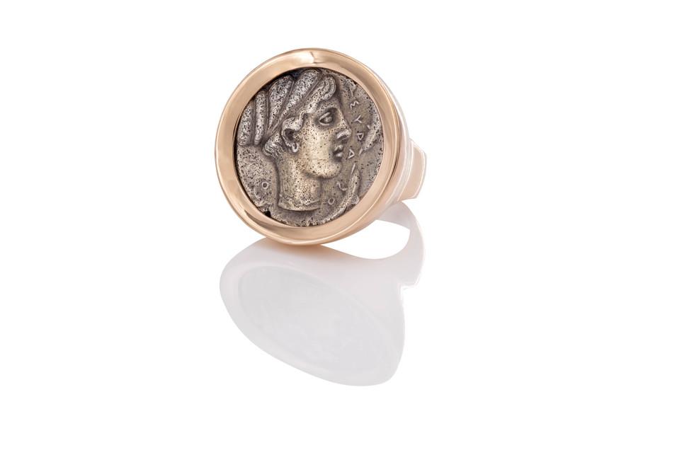 750 ROSÉGOLD MÜNZRING  | ARETHUSA  antike griechische münze  didrachme ca. 430-380 v. Chr.  Die Sage um Arethusa erzählt, wie die Nymphe vor einem lüsternen Flussgott flieht und in eine Quelle verwandelt wird, weshalb sie mit Delfinen dargestellt wird.