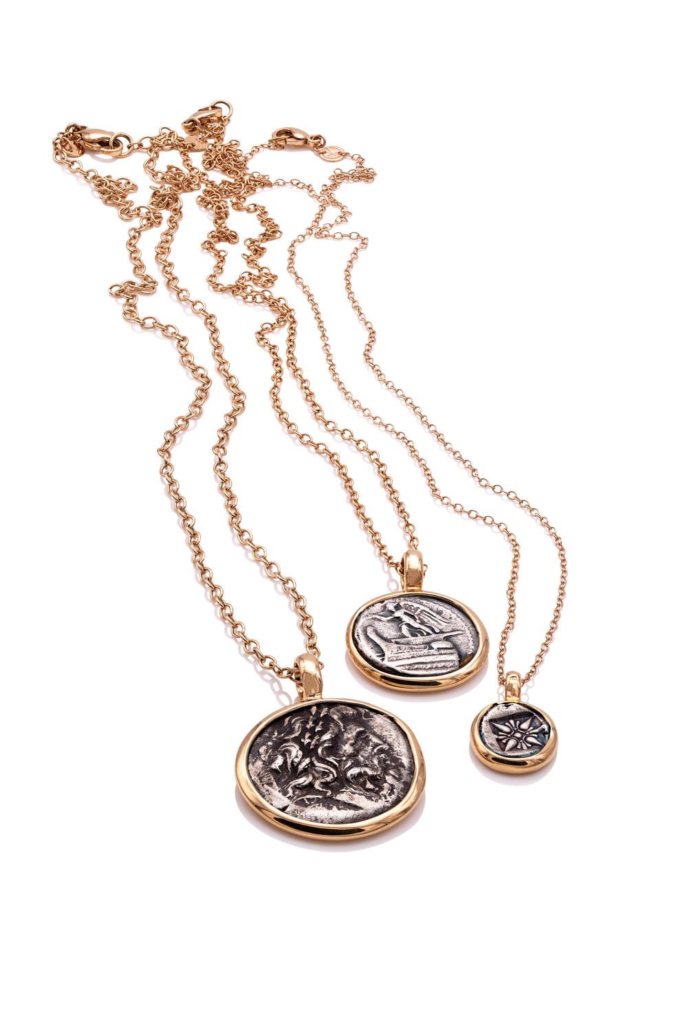 750 ROSÉGOLD ANHÄNGER ZEUS antike griechische münze ca. 300 v. Chr.  Zeus ist das Oberhaupt der olympischen Götter und damit mächtiger als alle anderen griechischen Götter zusammen.  750 ROSÉGOLD ANHÄNGER NIKE antike griechische münze ca. 450 v. Chr.  Nike ist die Siegesgöttin in der griechischen Mythologie. Ihre römische Entsprechung ist Victoria.  750 ROSÉGOLD ANHÄNGER STERN antike griechische münze ca. 345 v. Chr.  Sterne haben für die Griecheneine wichtige Bedeutung gehabt. Viele bis heute bekannte Sternenbilder beruhen auf antiker griechischer Astrologie und den Mythen.