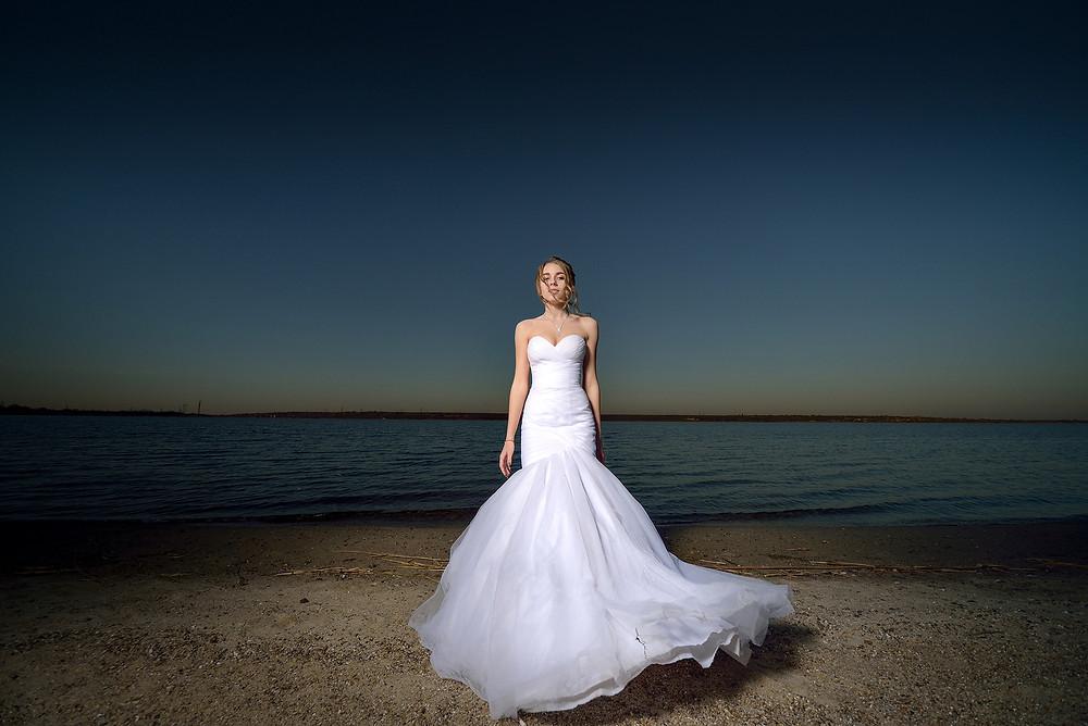 свадьба невеста закат на озере белое платье блондинка на берегу в свадебном платье