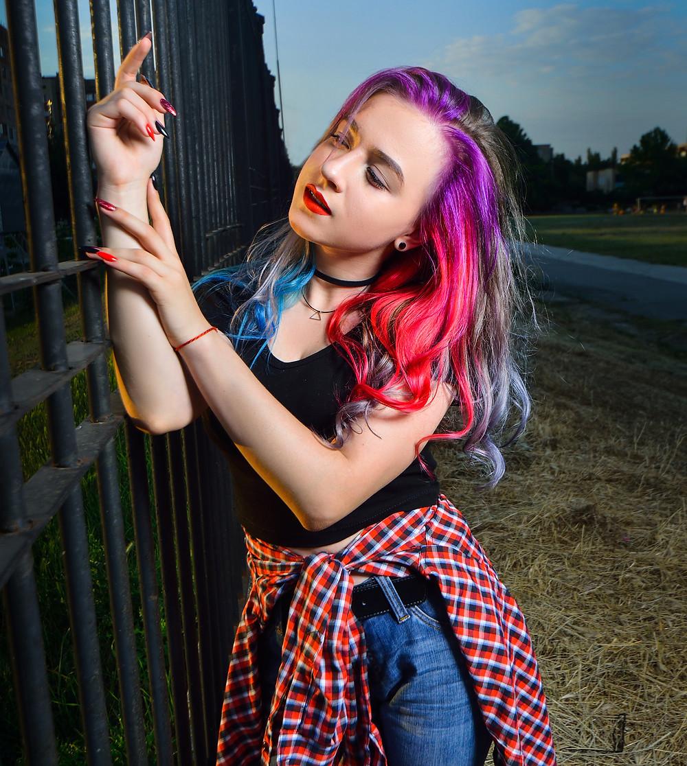 девушка в стиле панк с яркими волосами
