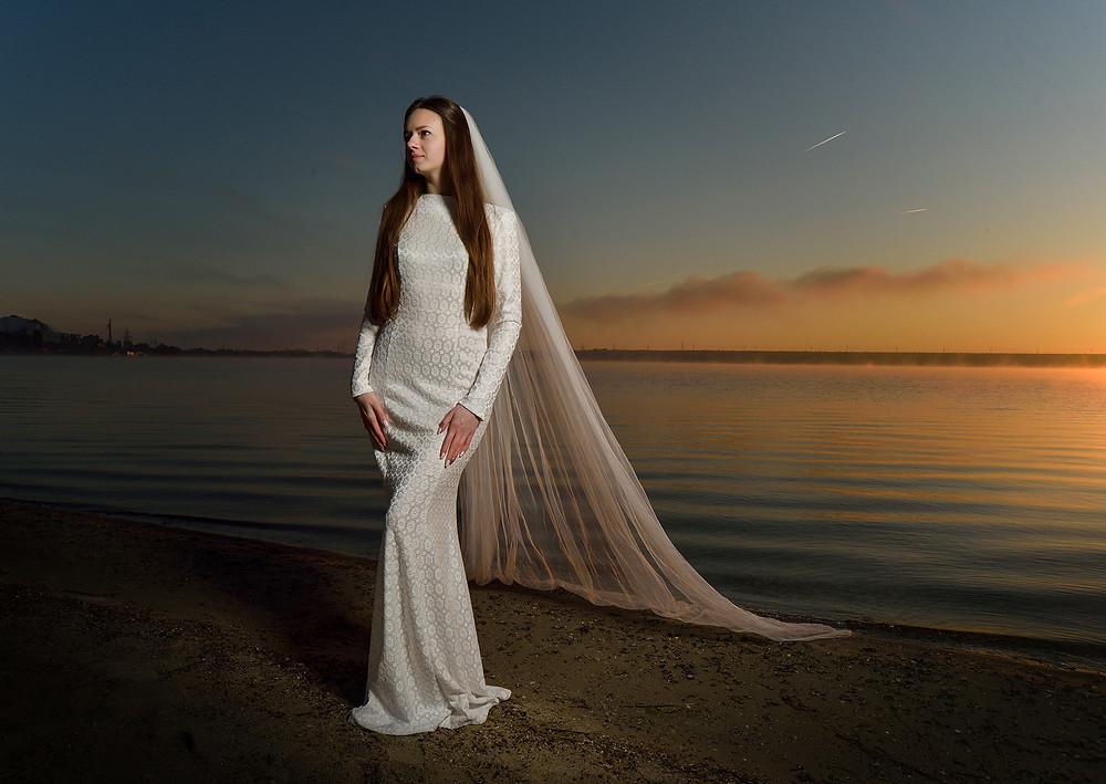 рассвет невеста в белом платье на берегу озера в лучах рассвета