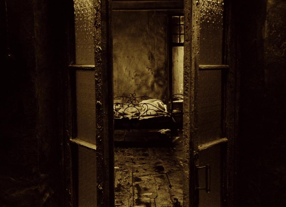 кадр из фильма сталкер кровать и двери