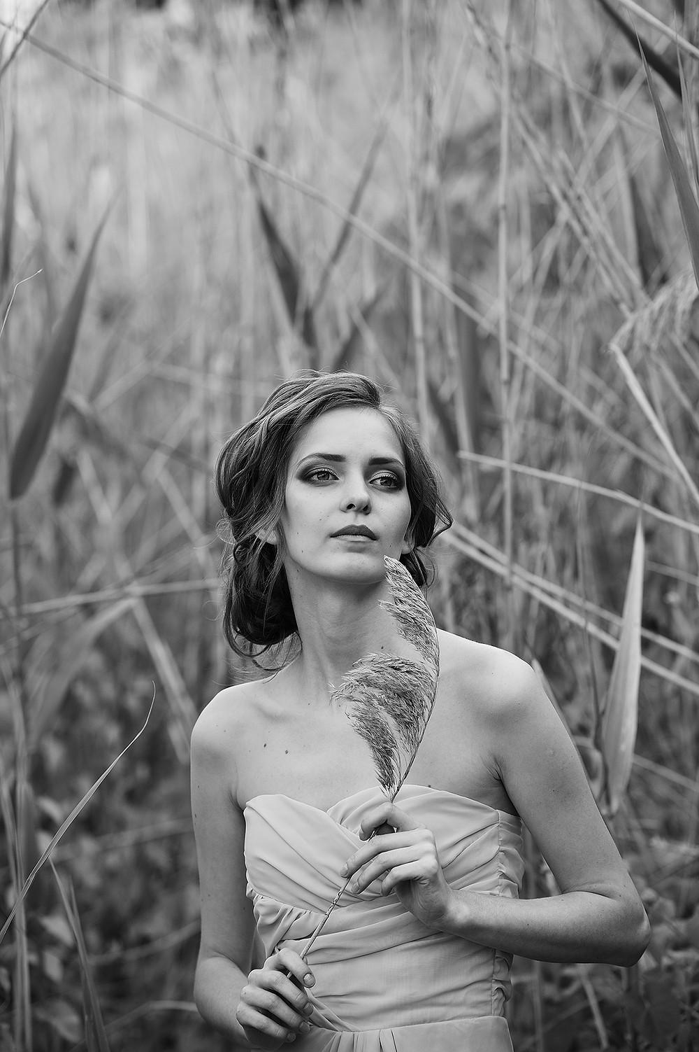 черно-белое фото девушки на природе