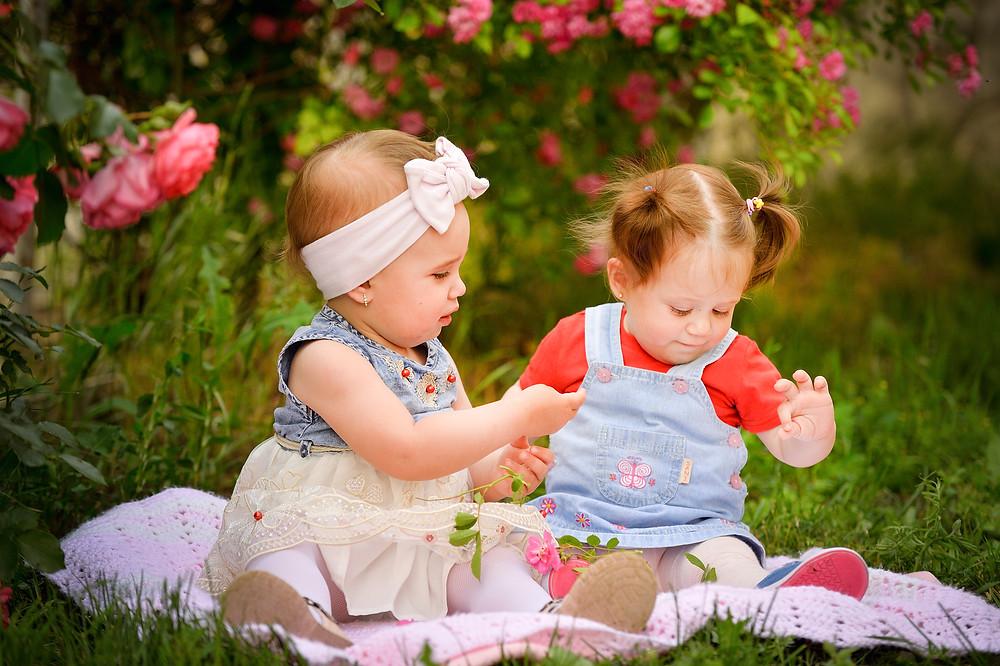 child girl roses photo of the pretty girl ребенок в розарии девочки
