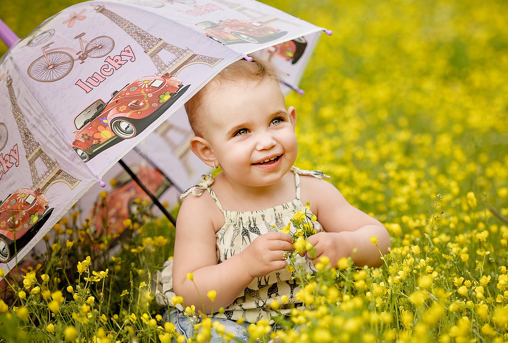 ребенок в желтых цветах a child in the yellow flowers with the umbrella