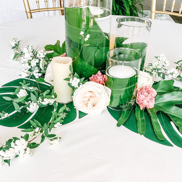 A gorgeous and tropical centerpiece