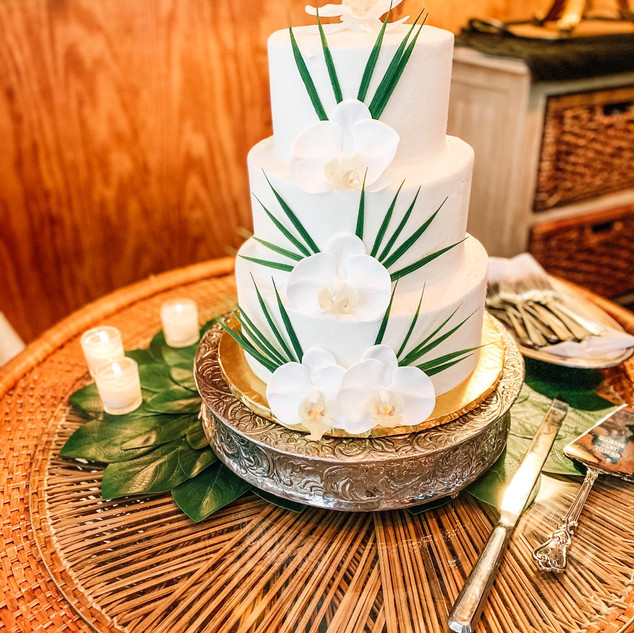 A beauitful and tropical themed cake