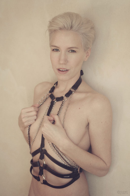 Photographer @juridotph2 Model Lilith Etch Harness @cochaine_berlin